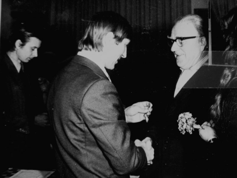 V. Gavėnas 1979m. apdovanojamas LTSR AT Prezidiumo darbo veterano medaliu