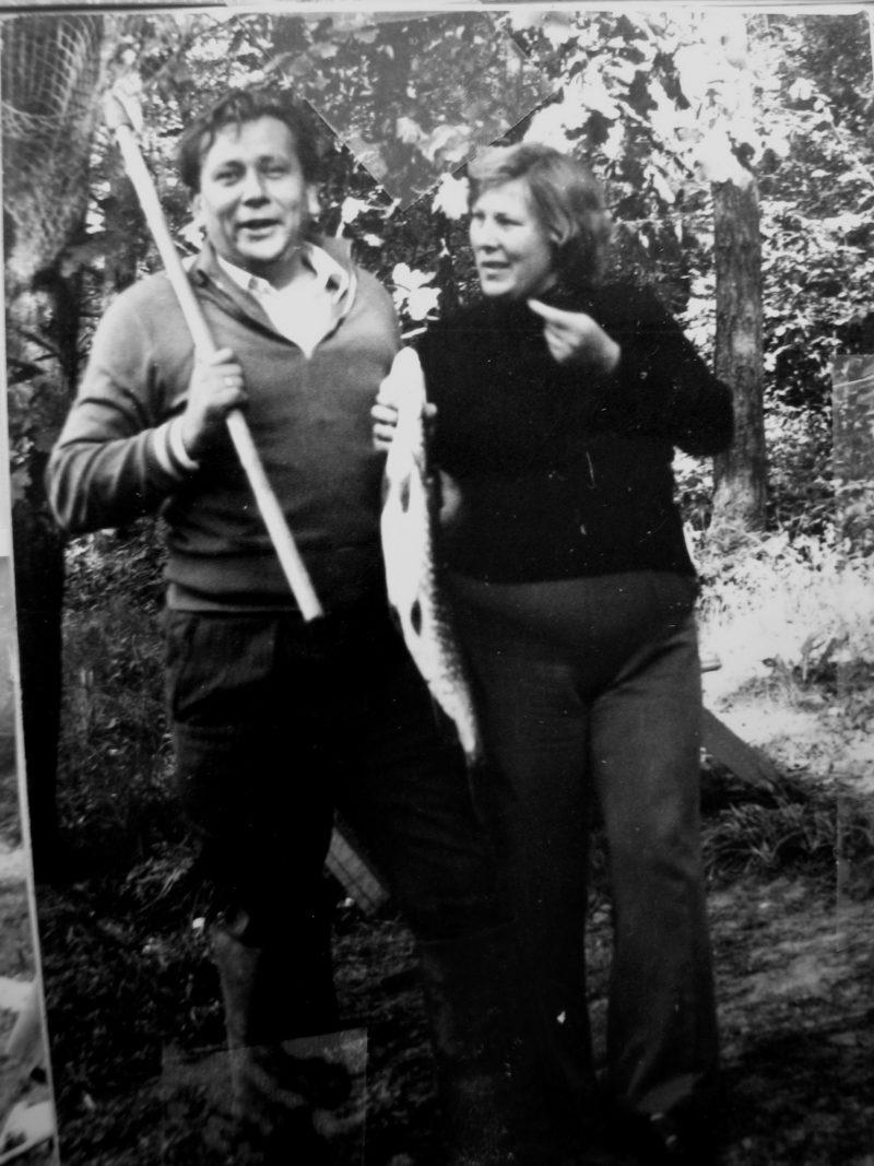 SKB viršininkas V. Mickevičius su žmona Regina džiaugiasi laimikiu