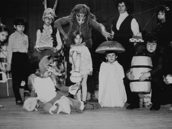 1982 m. eglutės šventė. Režisierė R. Botyrienė stovi antra iš dešinės