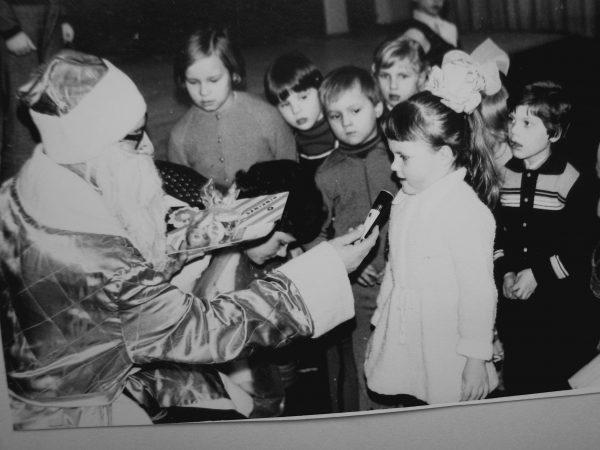 Mažieji stengiasi padėkoti seneliui už dovanėles. 1982 m.