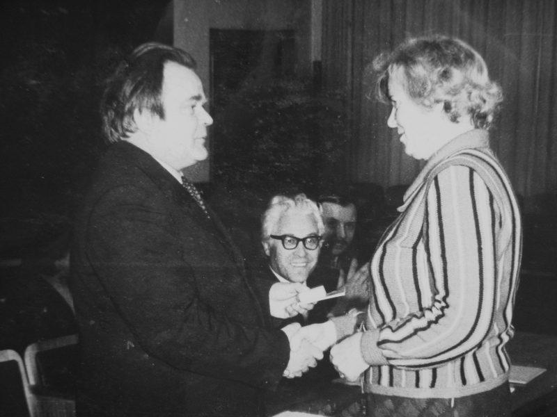J. Lenkauskienei darbo veterano medalį 1981 m. įteikia SKB vyr. inžinierius E. Ivanauskas