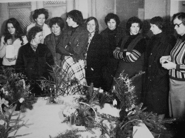 V. Pivovarova, A. Malinionytė, N. Mikalauskienė, A. Latvinskienė, R. Šiugždinienė, E. Rutkauskienė, E. Akelaitienė, R. Botyrienė, Matulevičienė, J. Lenkauskienė prie naujametinių puokščių 1982 m.