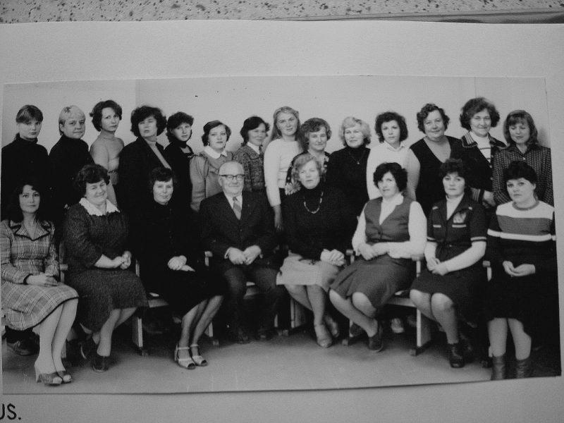 1984 m. Sėdi: D. Andriušaitienė, P. Gustainienė, B. Šimonėlienė, V. Gavėnas, J. Lenkauskienė, E. Akelaitienė, J. Švirinienė, R. Švirinaitė. 2-je eil. nežin., nežin., nežin., T. Chabijeva, nežin., nežin., nežin., nežin., J. Steponaitienė, S. Valiukevičienė, R. Svanidzienė, J. Tamošaitienė, A. Kasakaitienė, E. Rutkauskienė