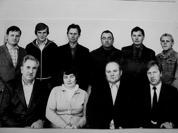 Vyr mechaniko tarnyba1984 m. Sėdi Jasiukevičius, O. Menkevičienė, vyr. mechanikas P. Pečiulis, SKB statybos techninės priežiūros inžinierius P. Lazauskas; Stovi S. Šumskas, nežin., A. Stalgaitis, vairuotojas M. Bušas, A. Klevas, nežin.