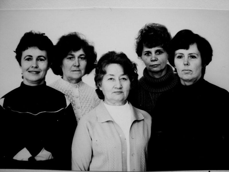 Tos pačios buvusios kopijuotojos po 25 m. (1984): B. Jašinienė, A. Kasakaitienė, O. Bieliūnaitė, M. Stonkuvienė, B. Šimonėlienė
