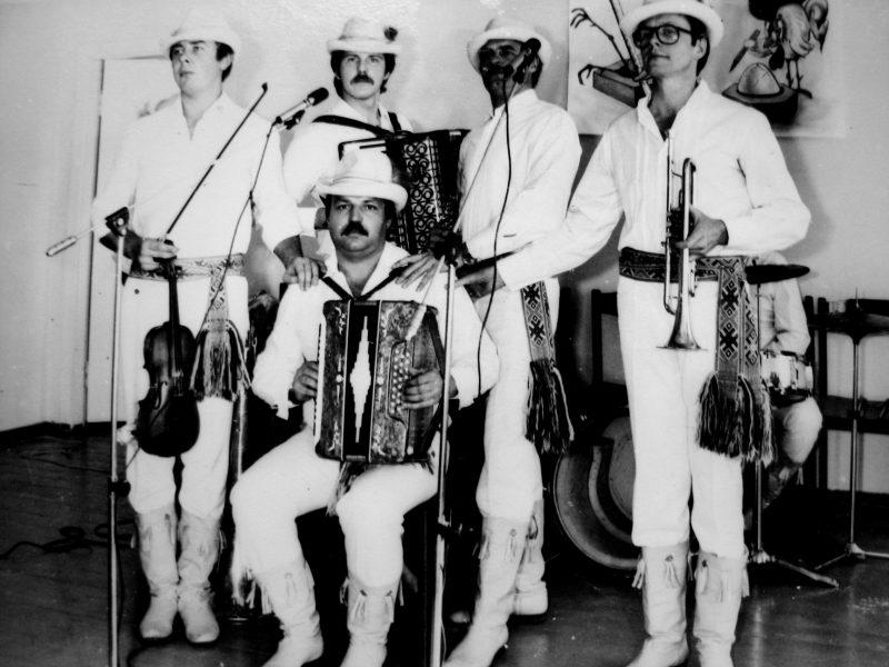 """Ne kartą mus linksminę """"Vienkiemio"""" muzikantai. Vadovas – V. Kybartas pirmas iš kairės (smuikas). 1986 m."""
