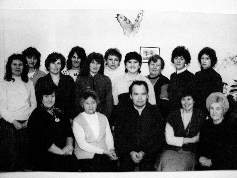 1989 m. – paskutinė skyriaus nuotrauka. Sėdi: P. Gustainienė, O. Bieliūnaitė, SKB fotografas A. Burinskas, skyriaus vedėja B. Šimonėlienė, J.Steponaitienė. 2-oje eil. nežin., nežin., E. Akelaitienė, V. Baran, nežin., nežin., nežin., J. Tamošaitienė, D. Stagniūnienė, R. Šiugždinienė