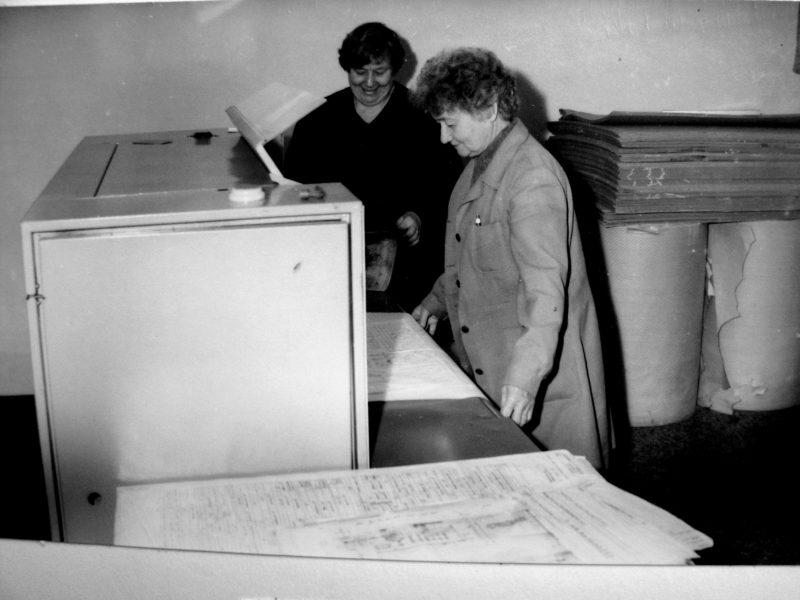 J. Tamošaitienė su O. Bieliūnaite daugina brėžinius 1989 m.