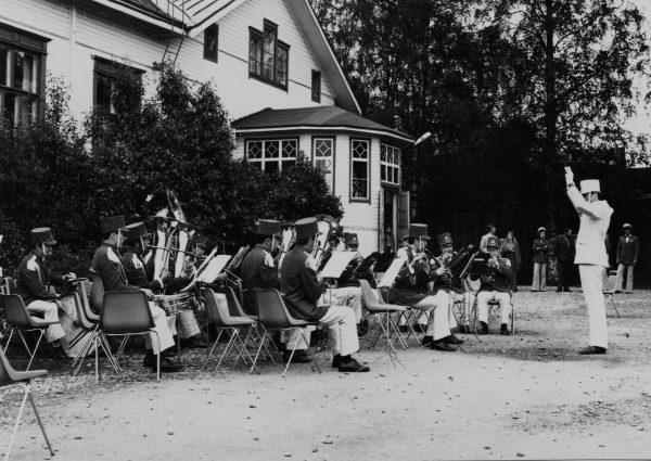 Orkestras koncertuoja Kokolos miesto parke. 1973 m.