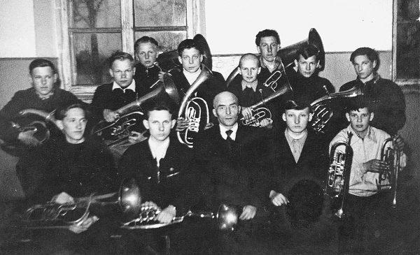 J. Jablonskio vidurinės mokyklos pučiamųjų orkestras su vadovu V. Bendoraičiu. R. Bernota sėdi antras iš dešinės