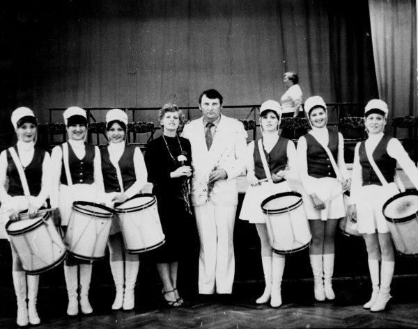 V. Sagulina ir R. Bernota su orkestro būgnininkių-šokėjų grupe