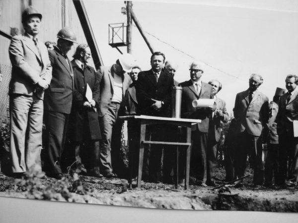 1982 m. birželio 17 d. ruošiamasi SKB kertinio akmens įamžinimui. Iš kairės: V.Bolotinas – VGS Sojuzprodmaš viršininko pavad. kapitalinės statybos reikalams, K. Šimčikas – Alytaus statybos tresto valdytojas, V. Kliševičius – LTSR Statybos ministerijos pramoninės statybos skyriaus viršininkas, B. Beržinis – Vilkaviškio Statybos valdybos viršininkas, SKB viršininkas V. Mickevičius, J. Žukauskas – Kauno Pramprojekto vyr. inžinierių skyriaus vedėjas, SKB skyriaus vedėjas P. Jokimaitis, MPAG darbuotojai R. Dambrauskas, vyr. inžinierius A. Andrijauskas ir kapitalinės statybos inžinierius R. Lapinskas