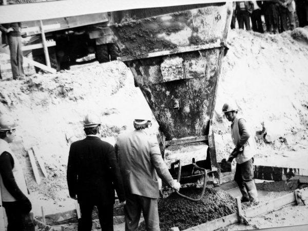 Pirmoje kolonų banketėje užbetonuojama kapsulė su kertinio akmens įamžinimo aktu