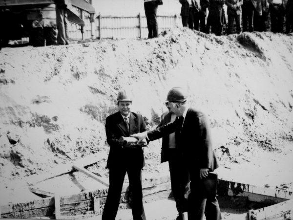 V. Mickevičius kapsulę su kertinio akmens įamžinimo aktu tuoj padės į pirmosios kolonos banketę