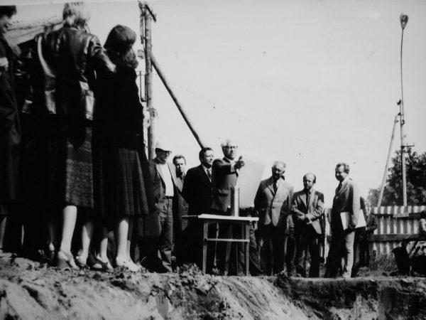 SKB statybos kertinio akmens įamžinimo aktą skaito P. Jokimaitis