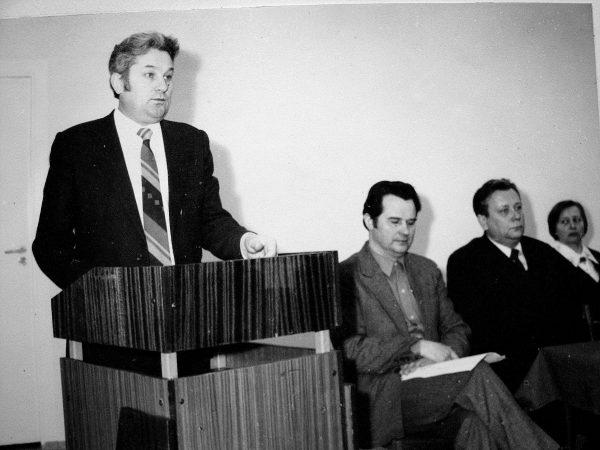 Įsakymą apie gamybinio susivienijimo įkūrimą 1984 m. vasario mėn. 14 d. skaito iš Maskvos atvykęs Sojuzprodmaš viršininkas A. Michno