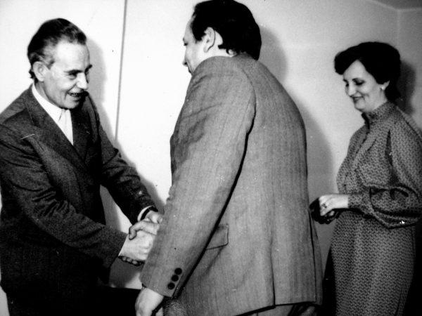 1-ojo konstravimo skyriaus vedėją J. Šolį, 1984 m. sulaukusį 50-mečio, sveikina SKB viršininkas V. Mickevičius