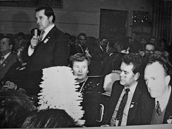 SKB 25-mečio iškilmingoje vakarienėje kalba miesto vykdomojo komiteto pirmininkas K. Subačius .Iš dešinės – gamybinio susivienijimo generalinis direktorius J. Šeškevičius ir habilituotas technikos mokslų daktaras, profesorius, buvęs SKB vyr. inžinierius V. Židonis