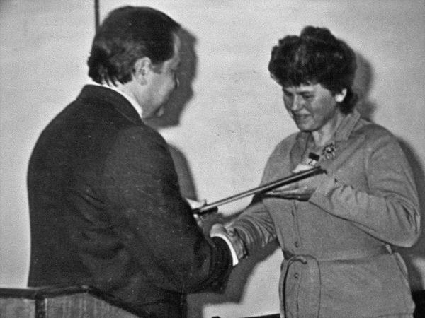 Kapsuko miesto vykdomojo komiteto pirmininkas garbės raštą 25-mečio proga įteikia ilgametei SKB konstruktorei B. Katkauskienei
