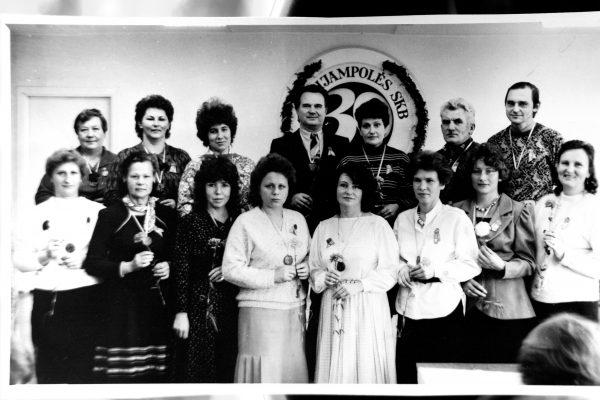 Jų stažas SKB nuo 15 iki 20 metų. Pirmoje eil. L. Bernotienė, M. Židonienė, N. Paramonova, N. Keselienė, D. Andriušaitienė, Z. Petručenija, A. Urbanavičienė. Antroje eil. J. Tamošaitienė, V. Sakalauskienė, V Biskienė, A. Orina, Baranauskienė, P. Balaika, V. Kinderis