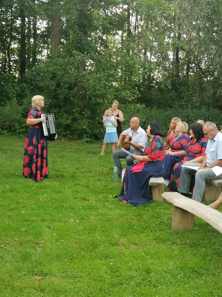 Romansų popietės metu žiūrovai dainavo su renginio vedėja R. Ralickiene