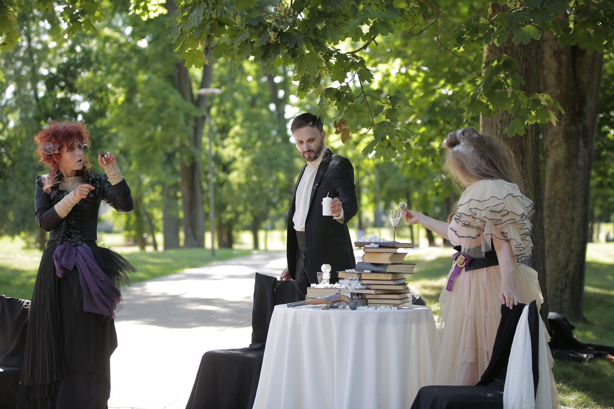 """Knygos teatro spektaklis """"Prabangos"""", nuotraukoje aktoriai (iš kairės) Redita Dominaitytė, Eimutis Kvoščiauskas, Virginija Kuklytė. Projektas """"Laiko efektai""""."""