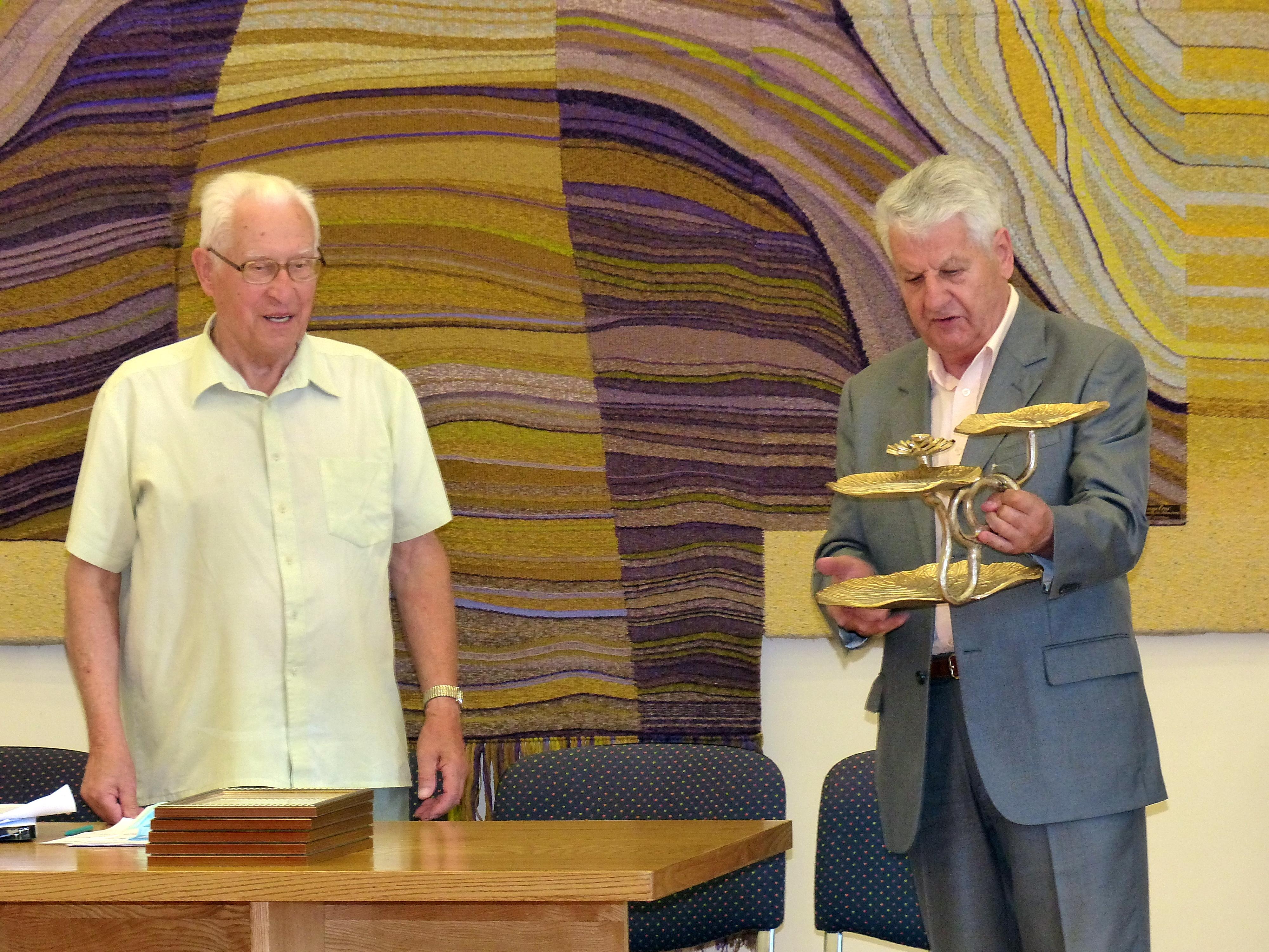 Romasis Vaitekūnas įteikė Pranciškui Jokimaičiui atminimo dovanėlę