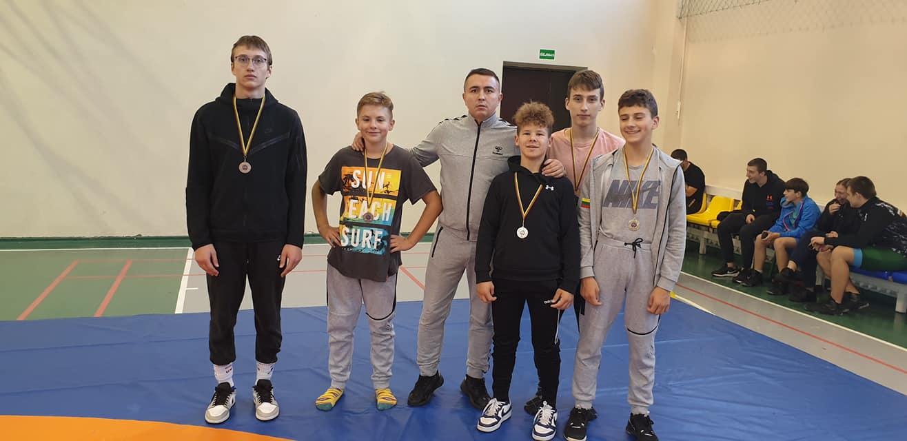 Iš kairės į dešinę Minijus Leonavičius, Tadas Abromavičius, Emilis Neverauskas, Vakaris Lenkevičius, Kernius Kurmelevičius